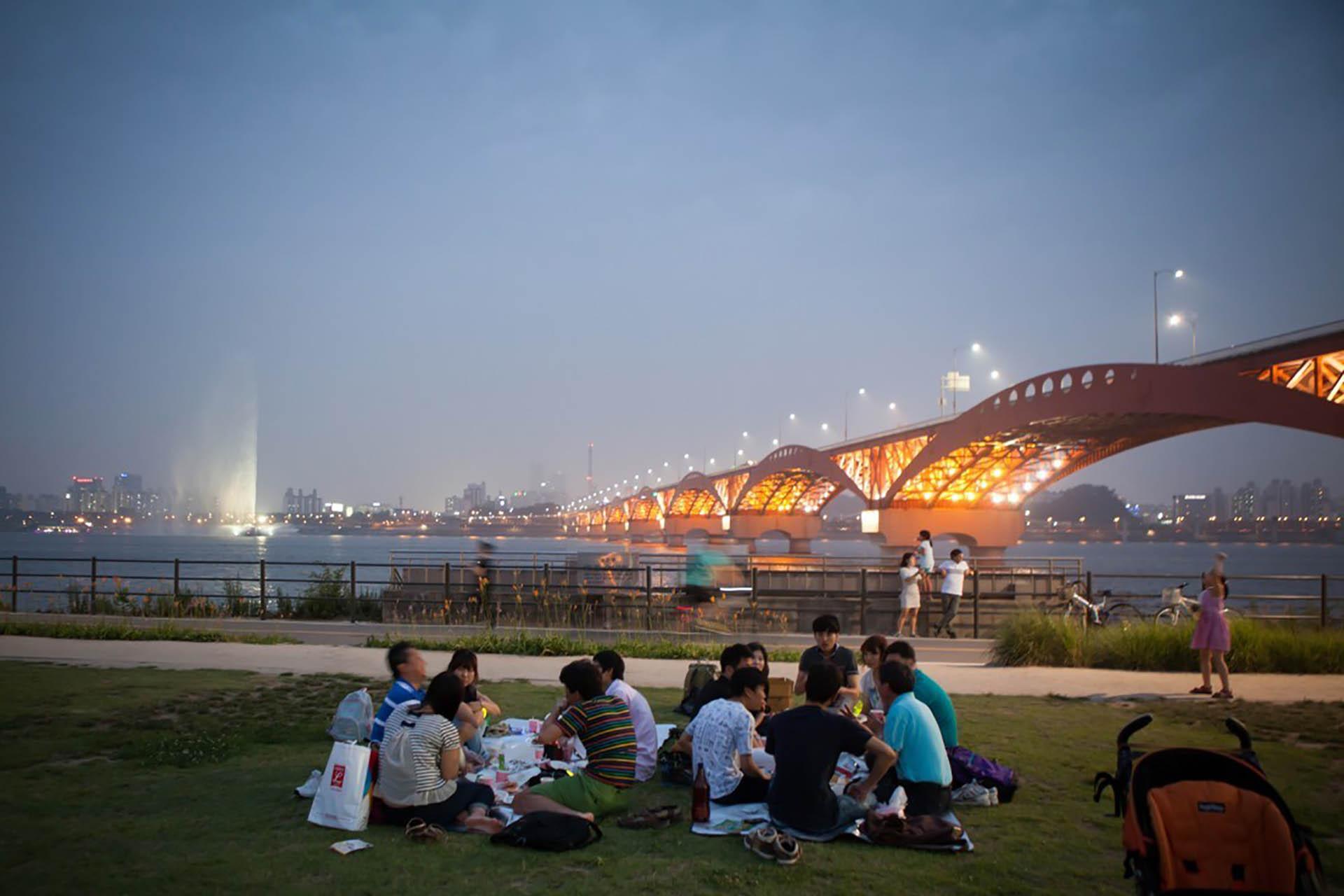 yeouido hangang park fun picnic night out